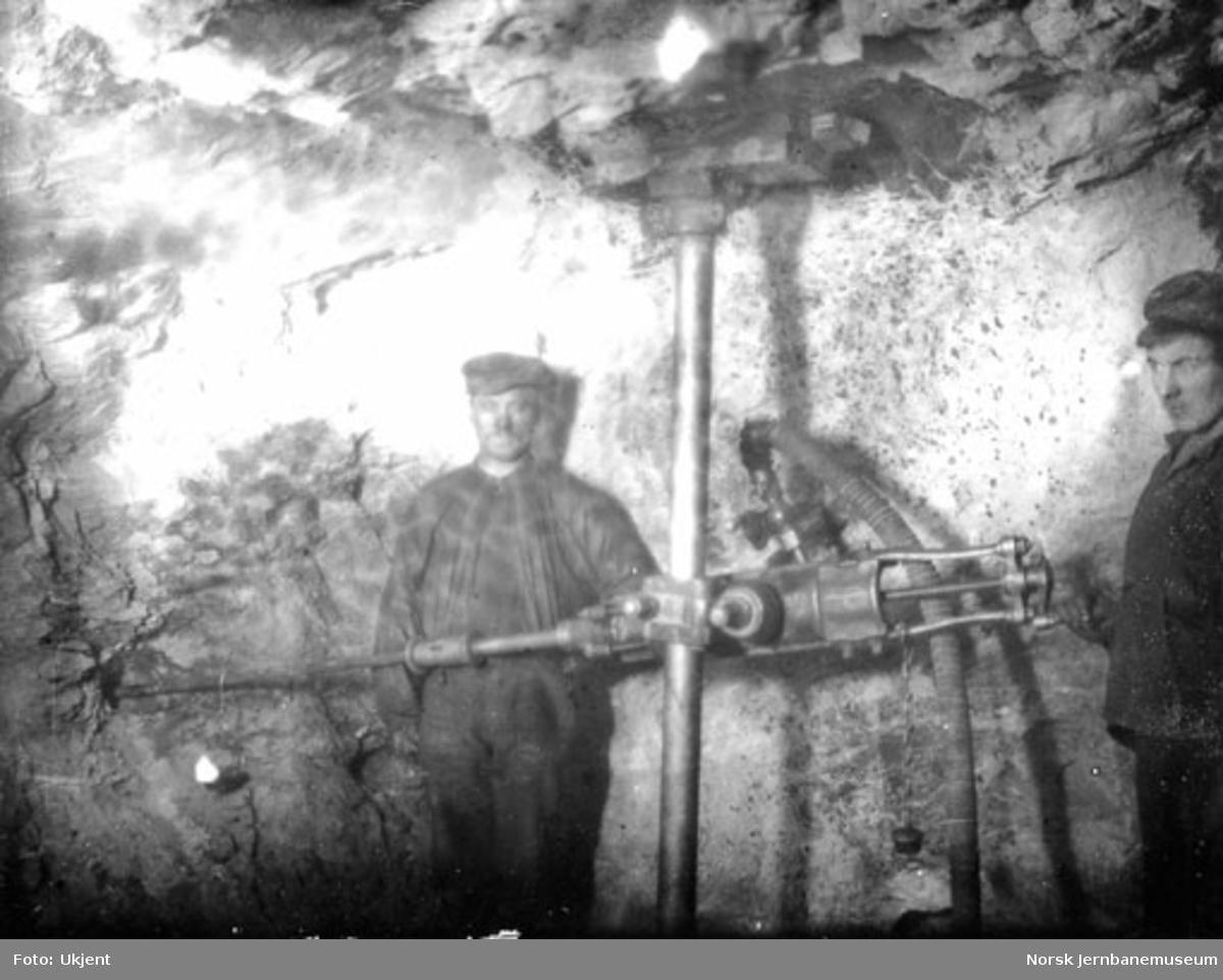 Tunnelarbeidere med støtboremaskin i Gravehalsen tunnel
