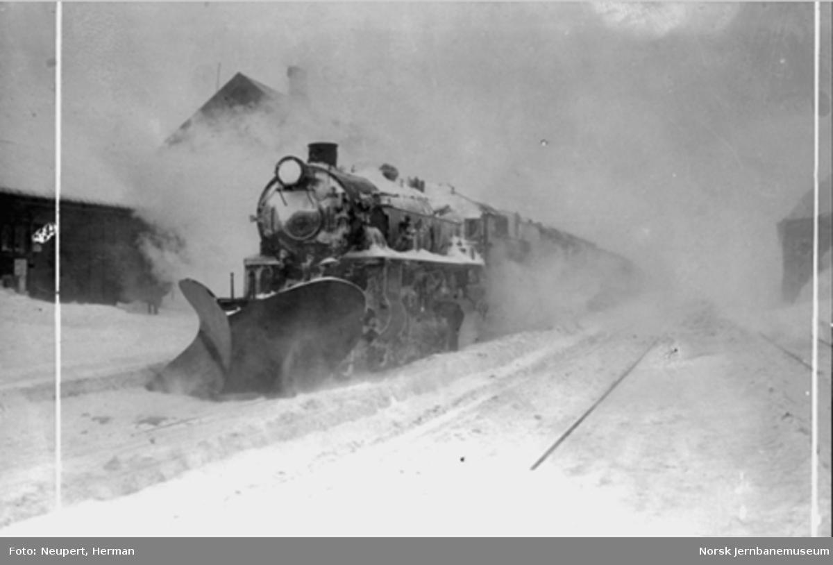 Damplokomotiv type 31b med stor frontplog på Finse stasjon