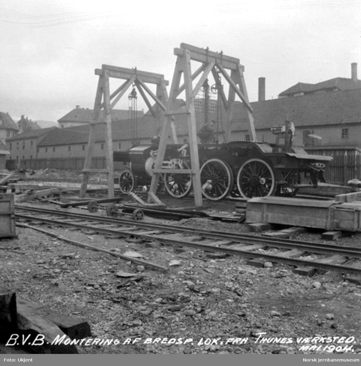 Normalspormateriell til Bergensbanen : ramme til damplokomotiv type 21a heises ned på hjulene