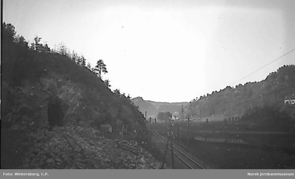 Søndre innslag til Aukland tunnel med Setesdalsbanen til høyre