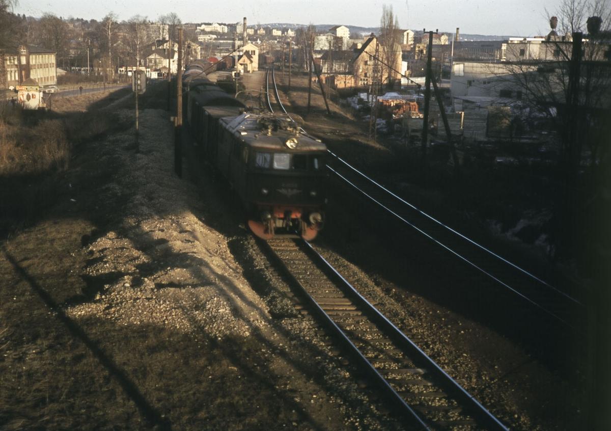 Elektrisk lokomotiv type El 8 med godstog retning Drammen passerer Skøyen stasjon.