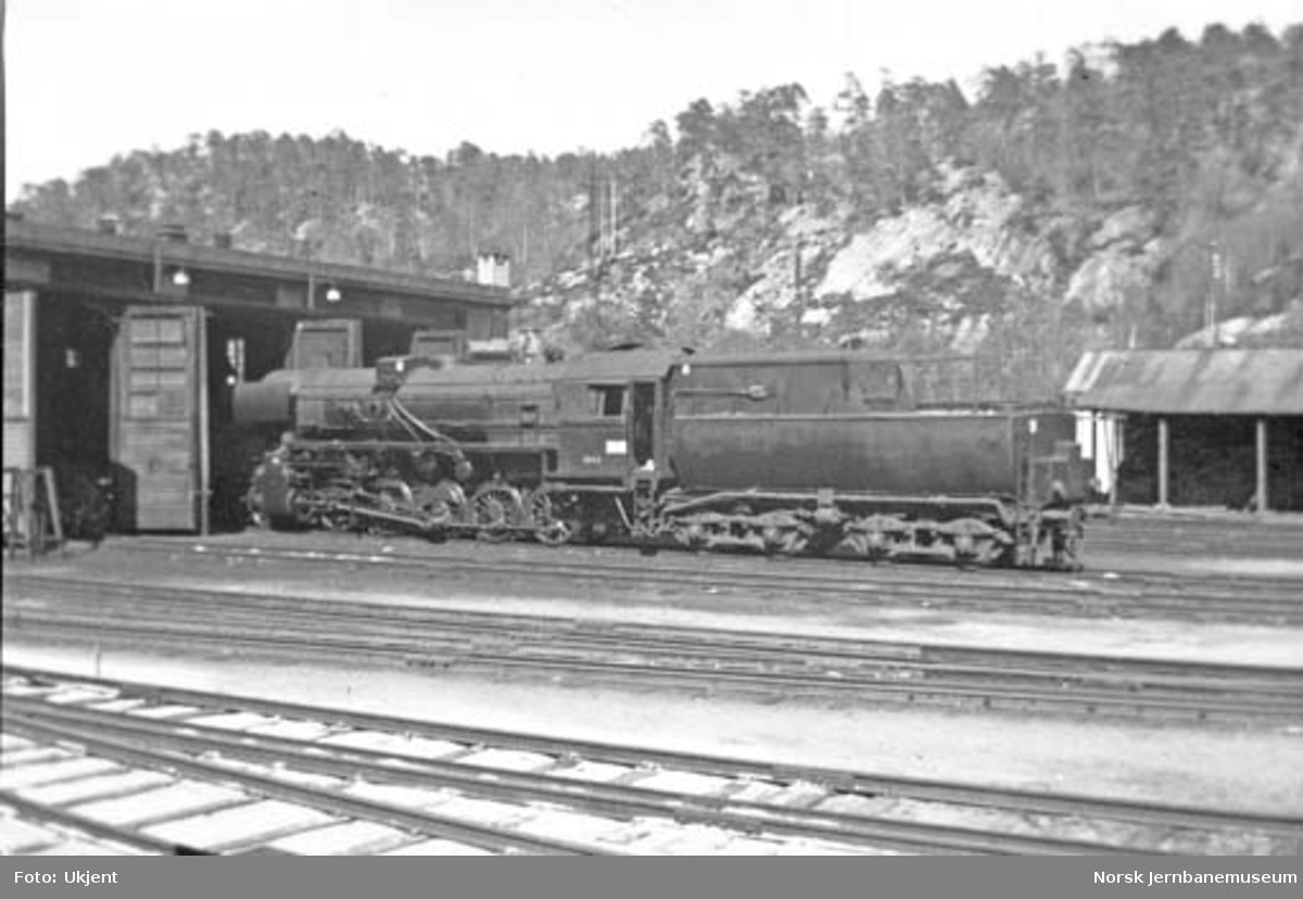 Damplokomotiv type 63a nr. 5865 utenfor lokstallen på Krossen