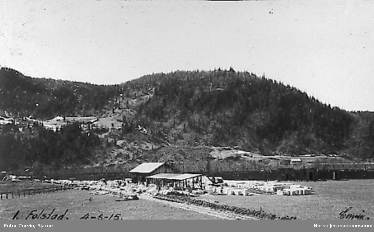 Lager av tilhogget stein på Folstad steinbrudd