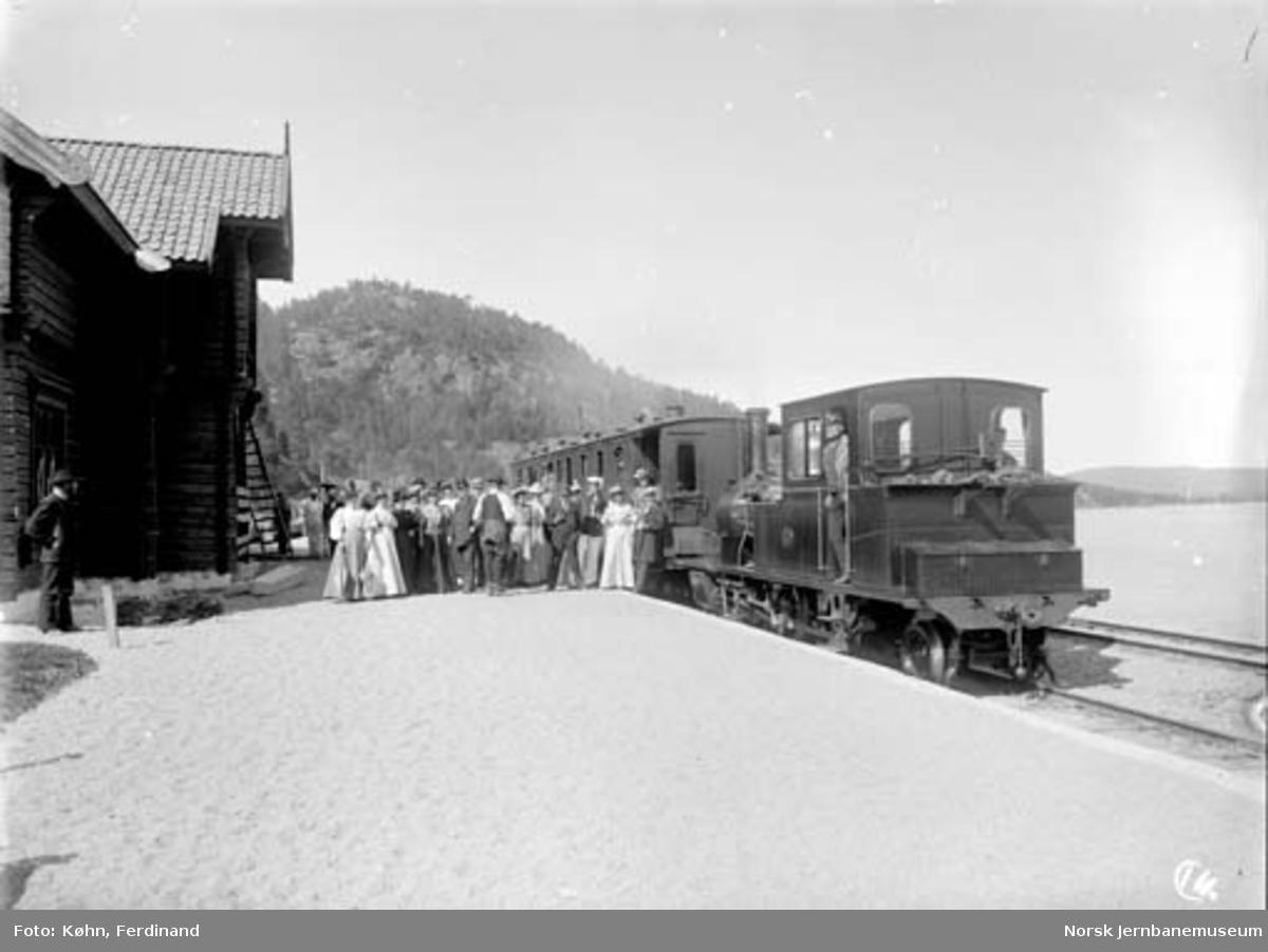 Hægeland stasjon med tog og mennesker oppstilt for fotografering : damplokomotiv nr. 2 med en personvogn
