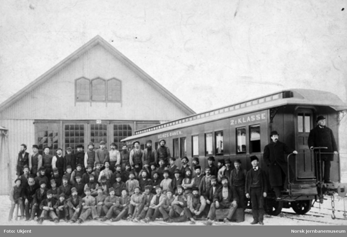 Skabo Jernbanevognfabriks ansatte oppstilt ved ny sovevogn til Rørosbanen litra Bo nr. 214, klar til levering