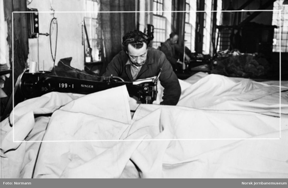 NSBs presenningsverksted på Hamar : Paul Antonsen ved symaskinen