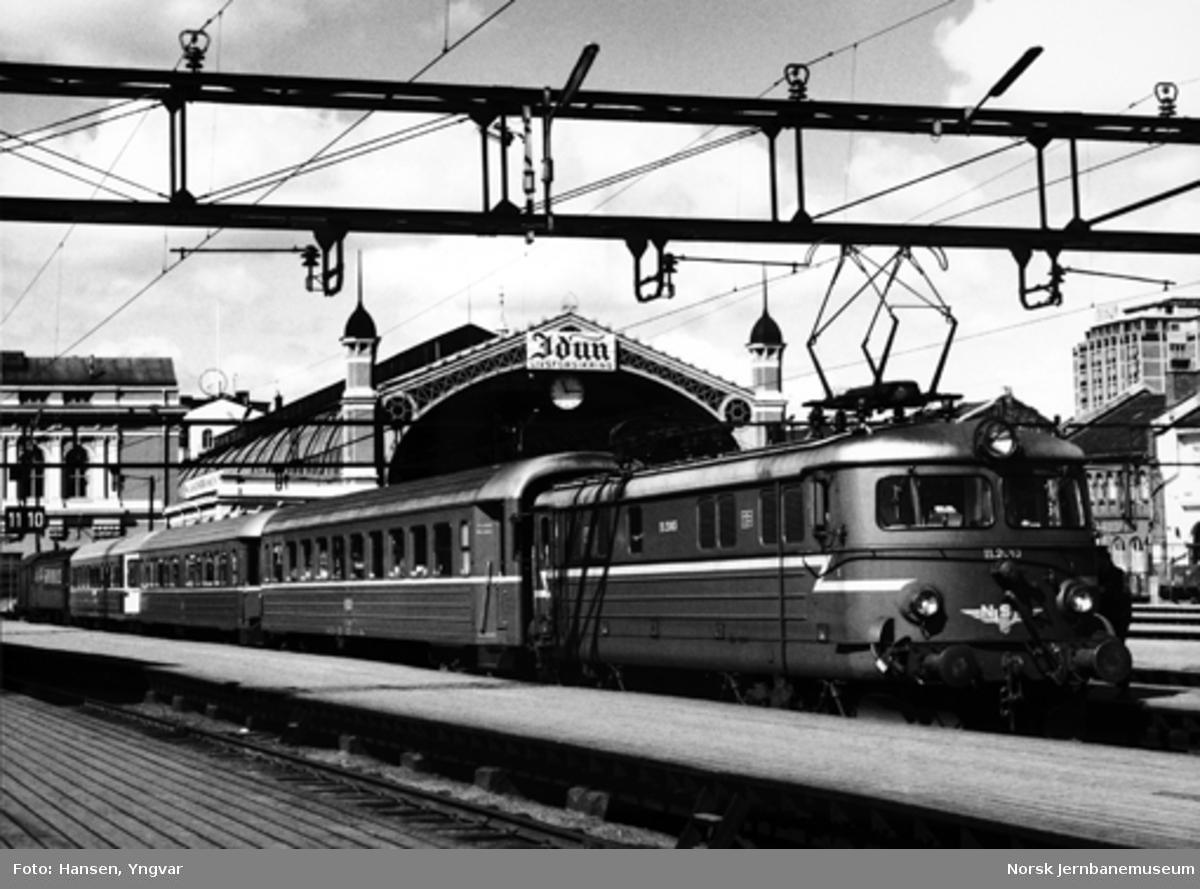 Persontog til Halden, trukket av elektrisk lokomotiv El 11, på Oslo Ø