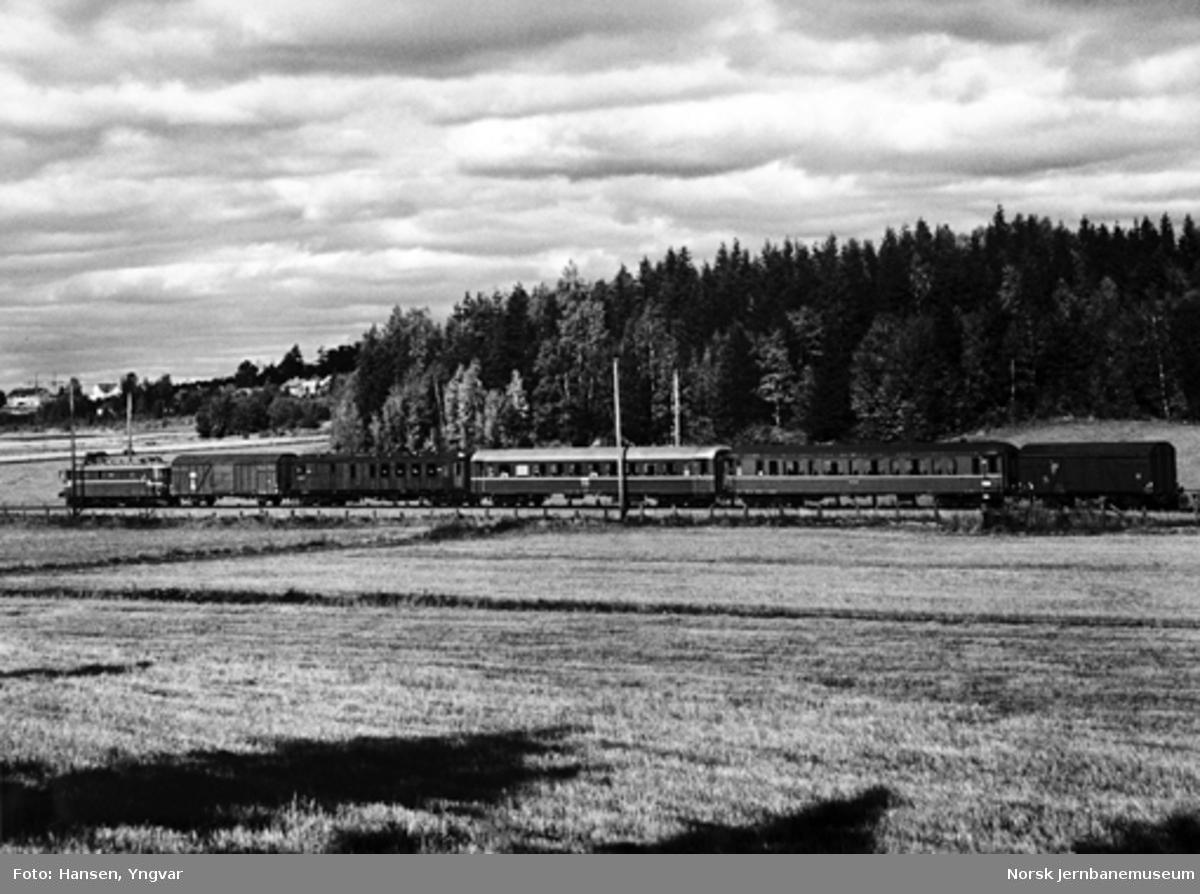 Persontog Halden-Oslo, trukket av elektrisk lokomotiv El 11, mellom Sarpsborg og Skjeberg
