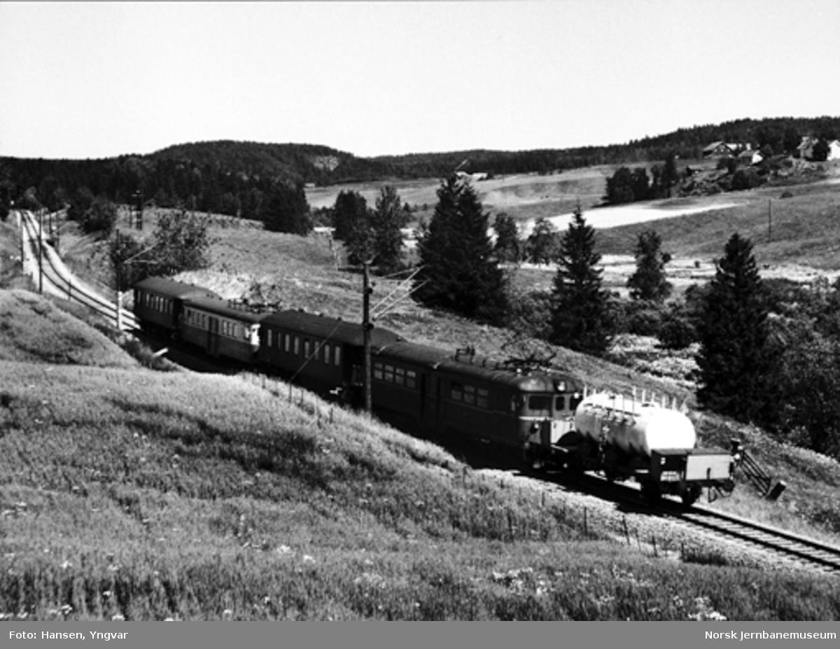 Motorvogntog type 65/67 mot Oslo mellom Askim og Spydeberg, med en melkevogn bakerst