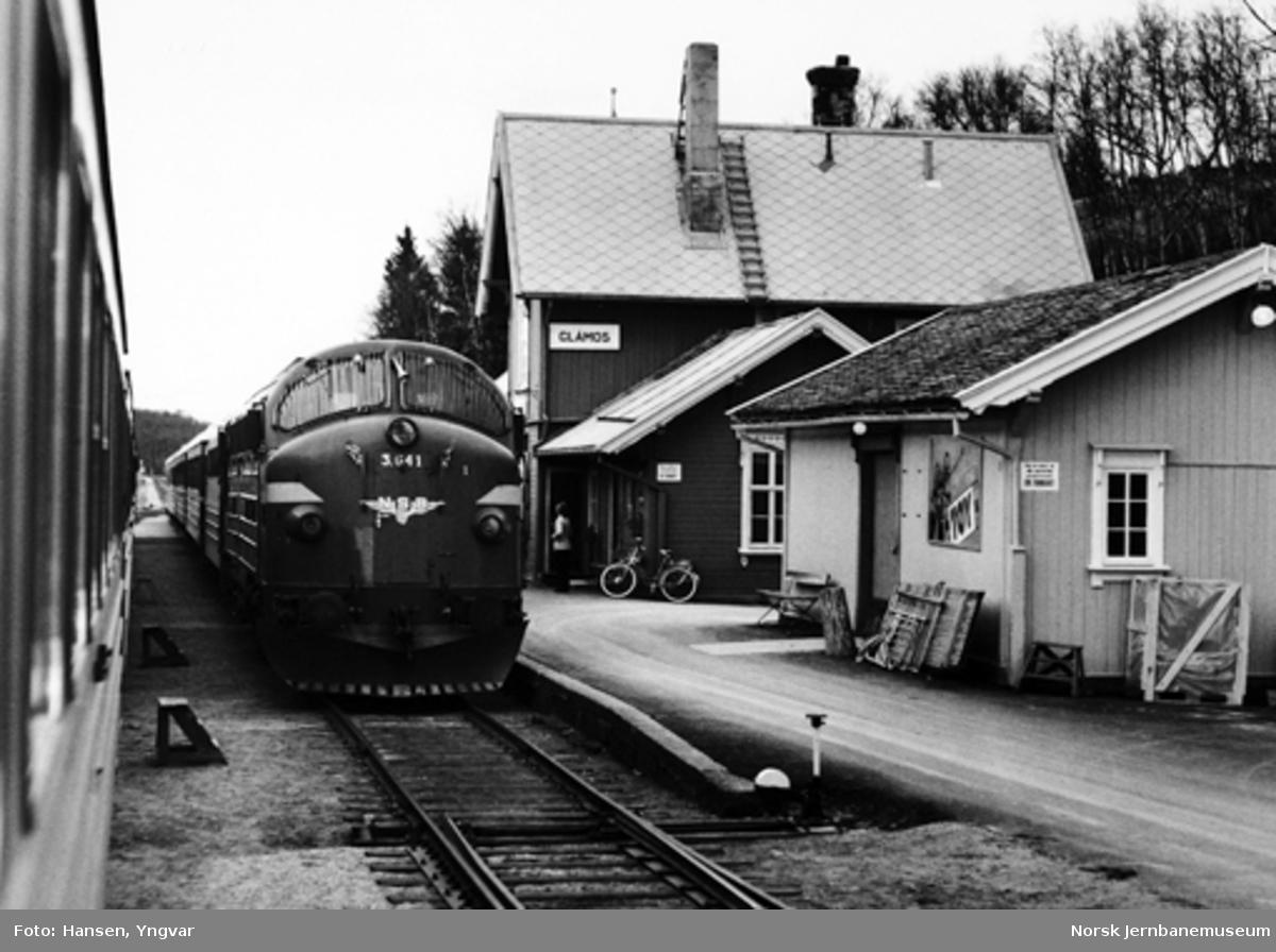 Sørgående dagtog på Glåmos stasjon, hvor det er kryssing med nordgående