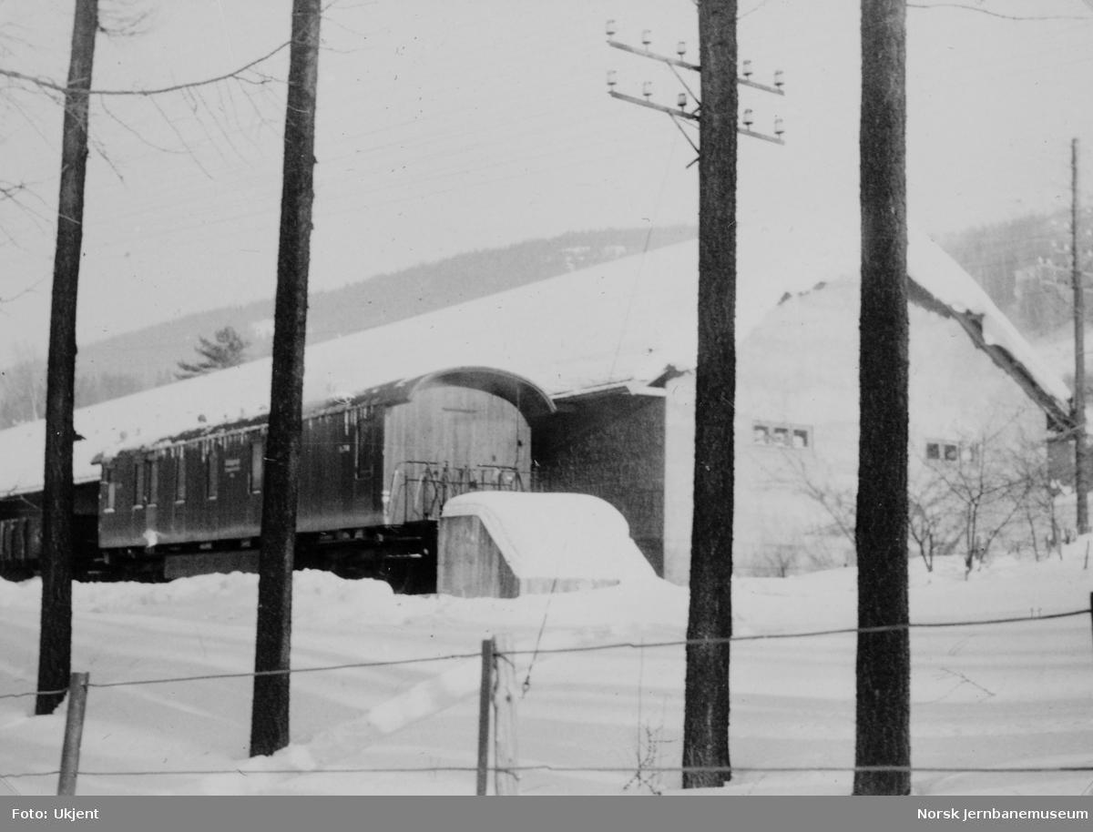 Avsporet nattog 405 ved Fåberg : oppryddingsarbeidet - utrykningstogets vogn Ro 761 i bakgrunnen