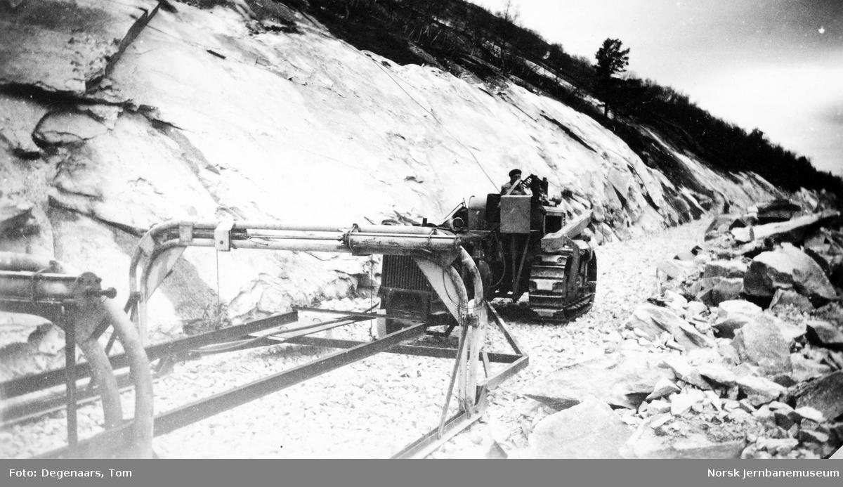 Legging av skinnelenker nord for Kjemåga : portalkranene dras fram med bulldozer for legging av neste lenke