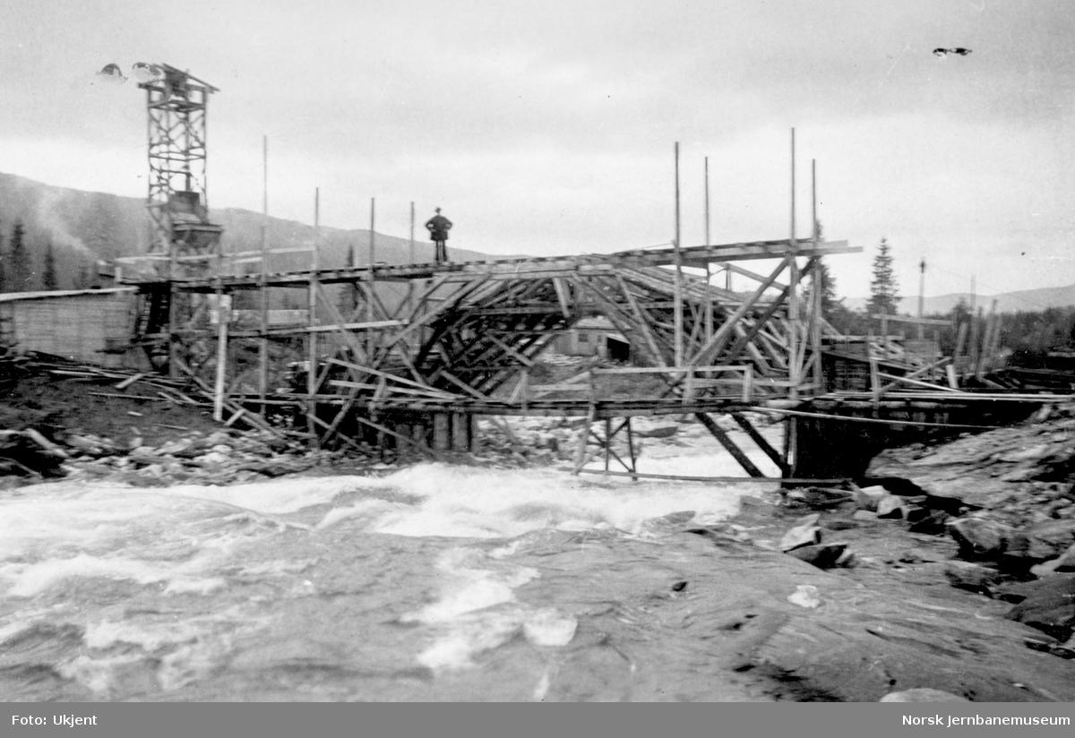Bygging av Grønfjellåga bru : sett fra oppstrømssiden
