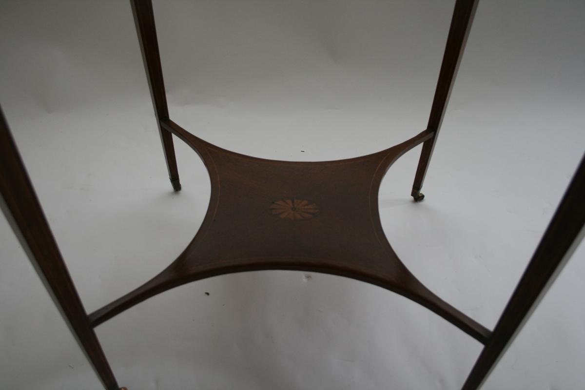 border, ranke med vinløv langs kanten på brettet/bordplata.