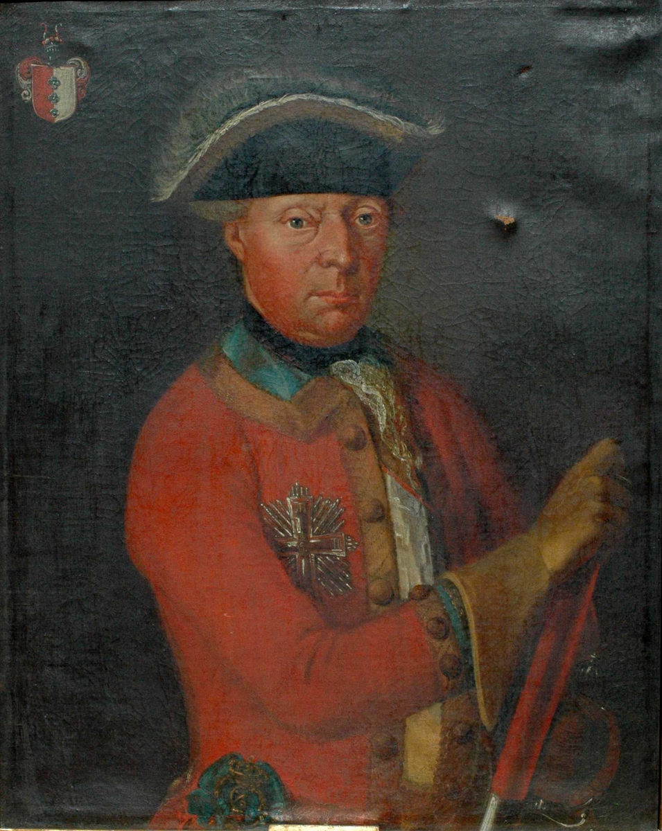 Mann m/hatt, rød frakk med blå og gyllen krave, gule hansker, våpenskjold øverst i venstre hjørne. Generalløitnant Ove Fred. Brockenhuus (1717-1795)