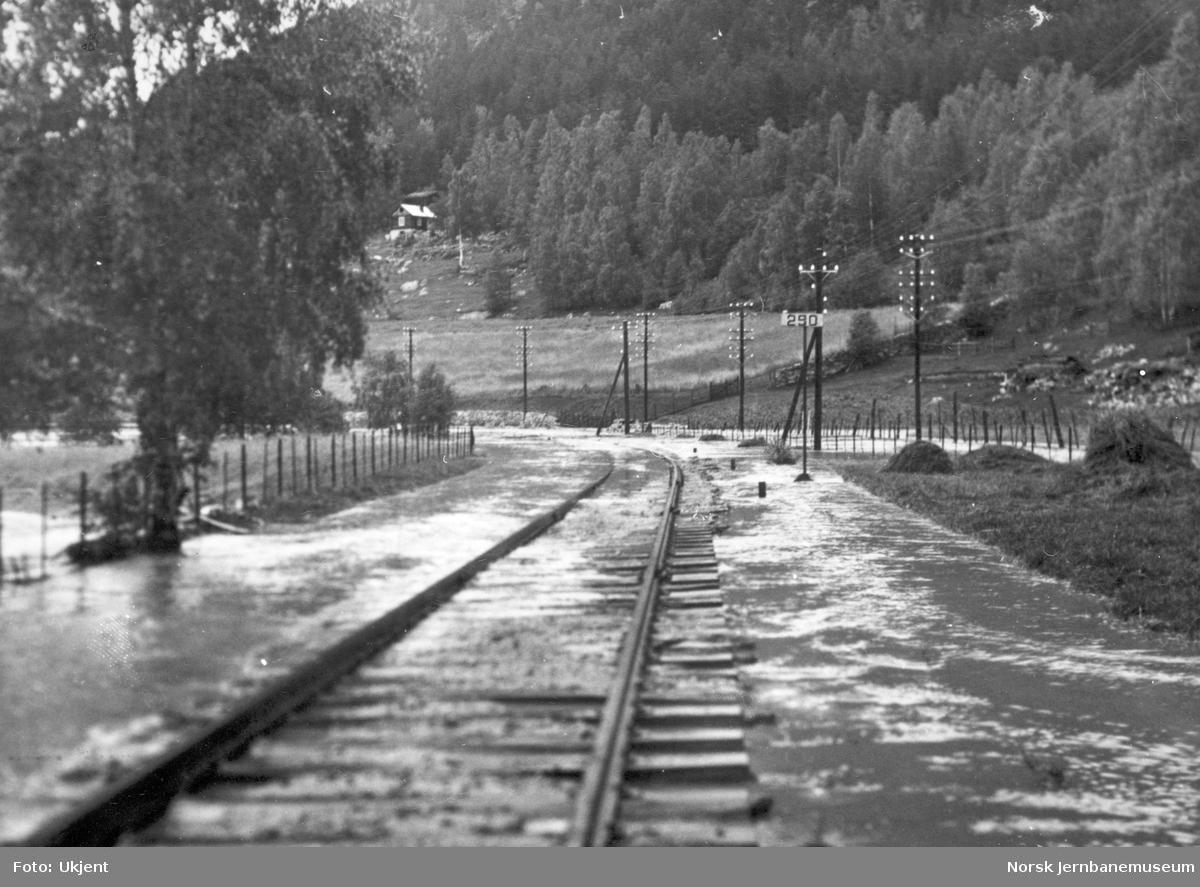 Flommen i 1938 : jernbanelinjen oversvømmet i nærheten av Vinstra
