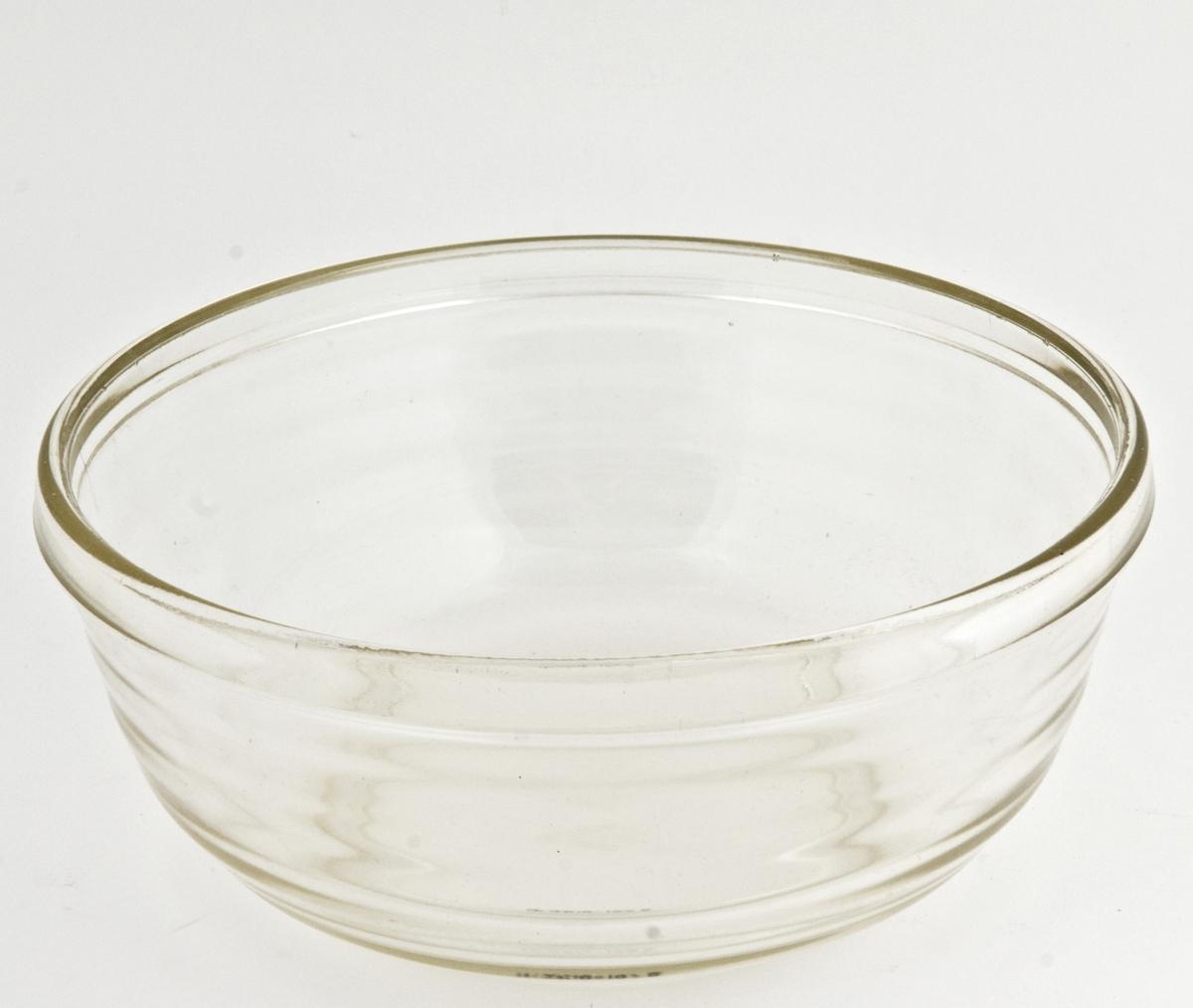 Kjøkkenmaskin (A) med tilhørende utstyr: 2 glassboller (BC) , 1 løs visp (D) og plasthette til kjøkkenmaskin merket Adax (E).