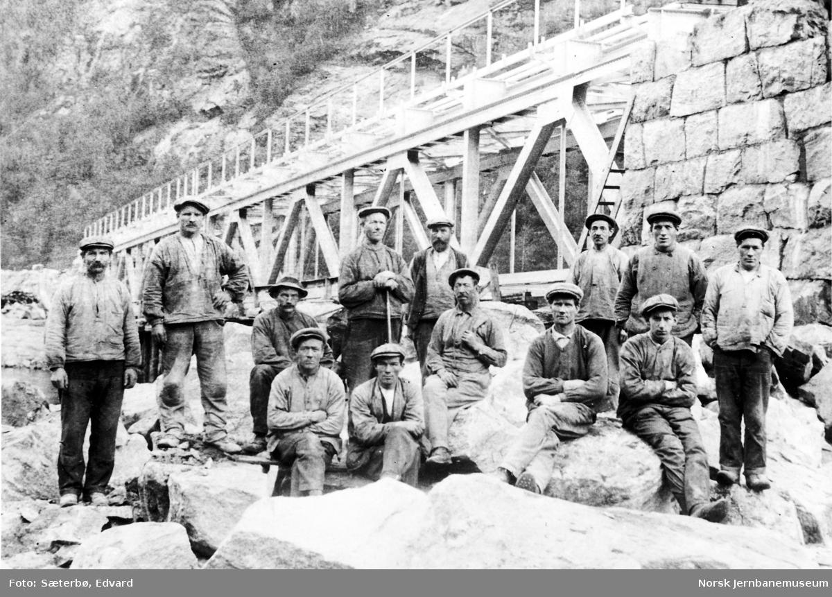 Gruppebilde av arbeiderne ved muring av Foss bru 1923