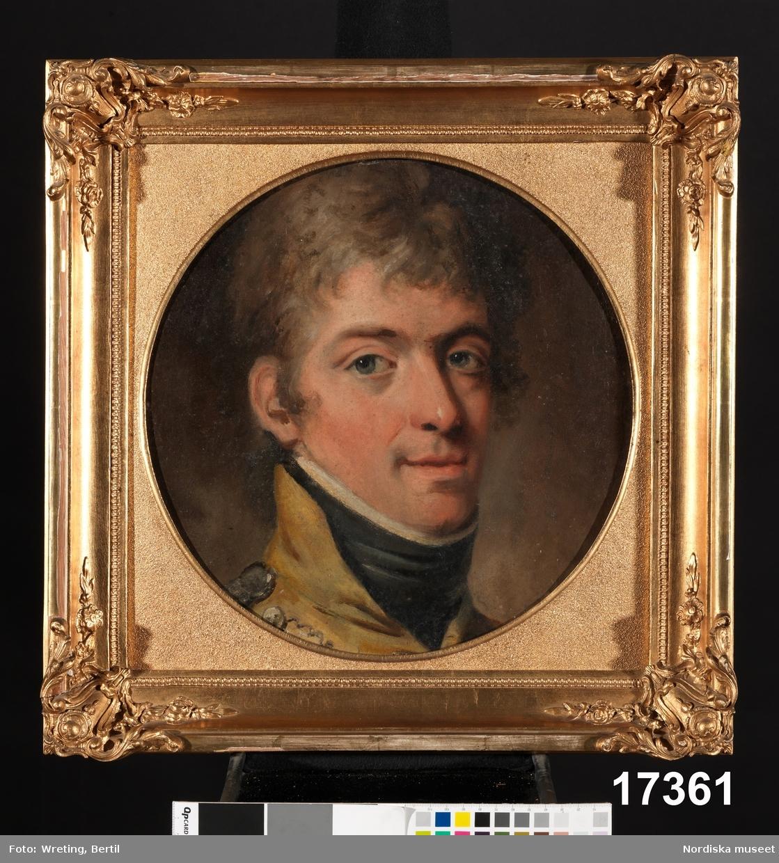 Porträtt, man med blont hår, blågrå ögon, iklädd gul uniformsrock och svart spännhalsduk.