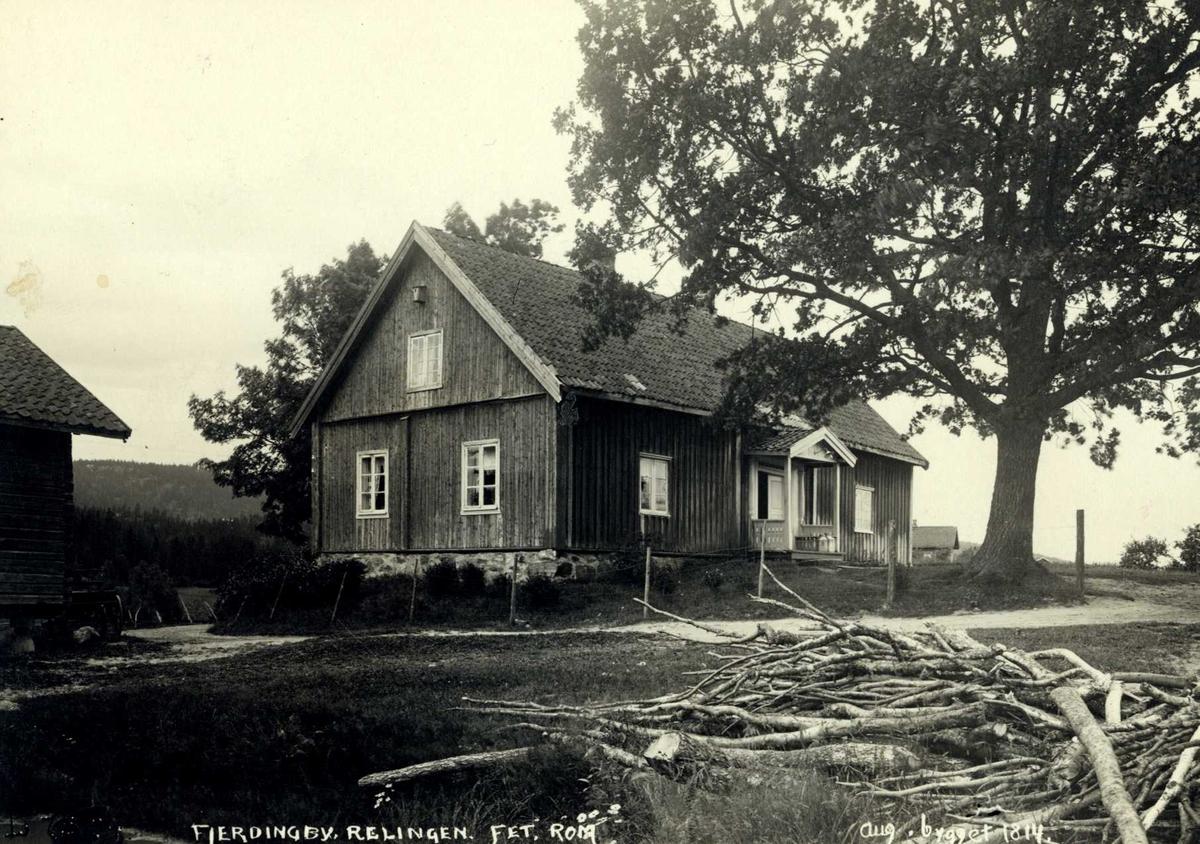 Fjerdingby, Fet, Nedre Romerike, Akershus. Våningshus, bygget 1814 med hvit inngang og stort tuntre. Litt av stabbur til høyre i bildet.
