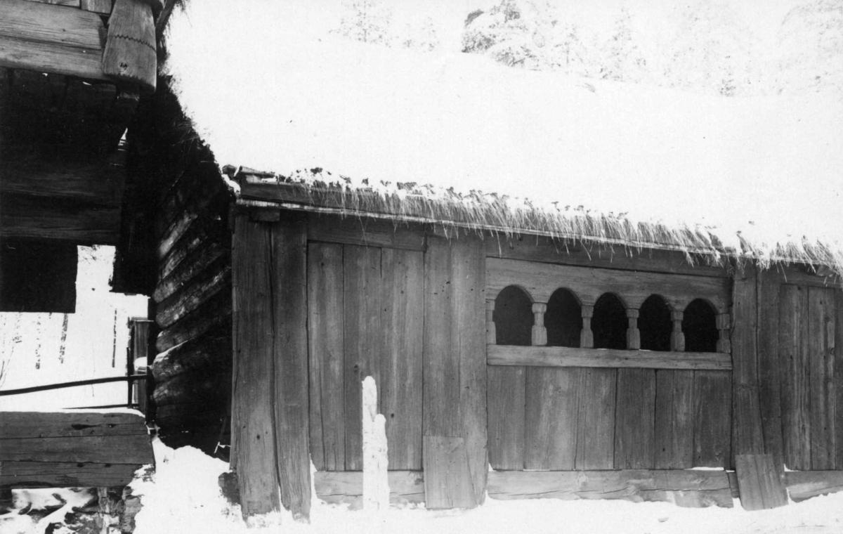 Årestue fra Kjelleberg, Valle, Setesdal. Sval oppsatt foran stua. Fotografert på Norsk folkemuseum, 1925.