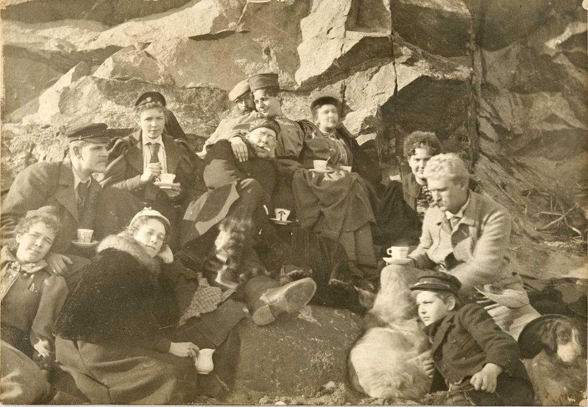 Portrett av venner ved Schaus Sildesalteri, Skjærhalden, Kirkeøy, Hvaler