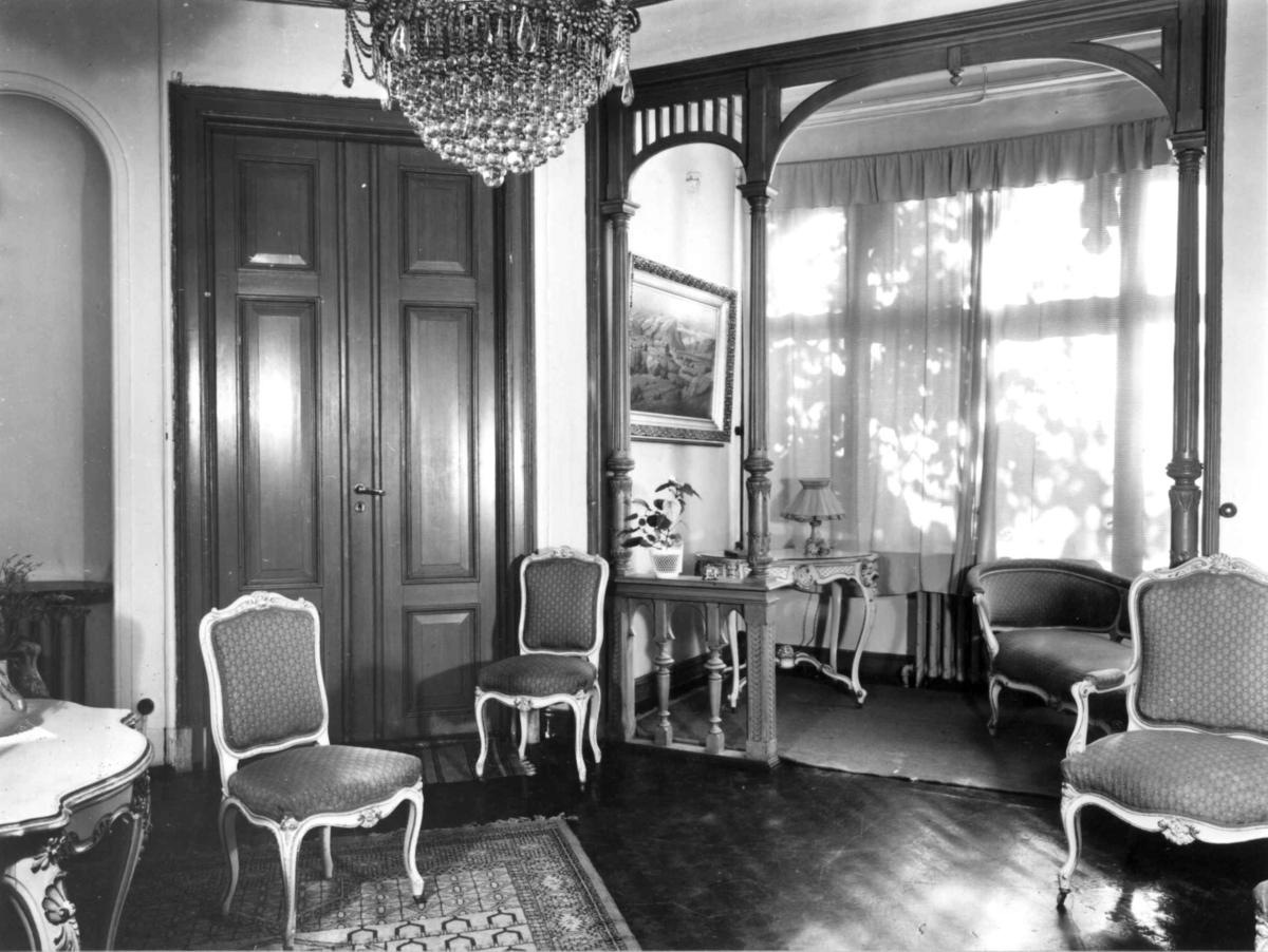 Krusesgt. 7, 1890-91 Oslo. Interiør, salong I. Møbler i hvitt, gull og lyseblått. Dører og balustrade ekemalt.