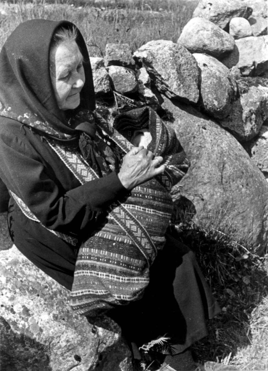 Gurine Engedal bærer barn i linde til dåp, Fjotland, Kvinesdal 1941.