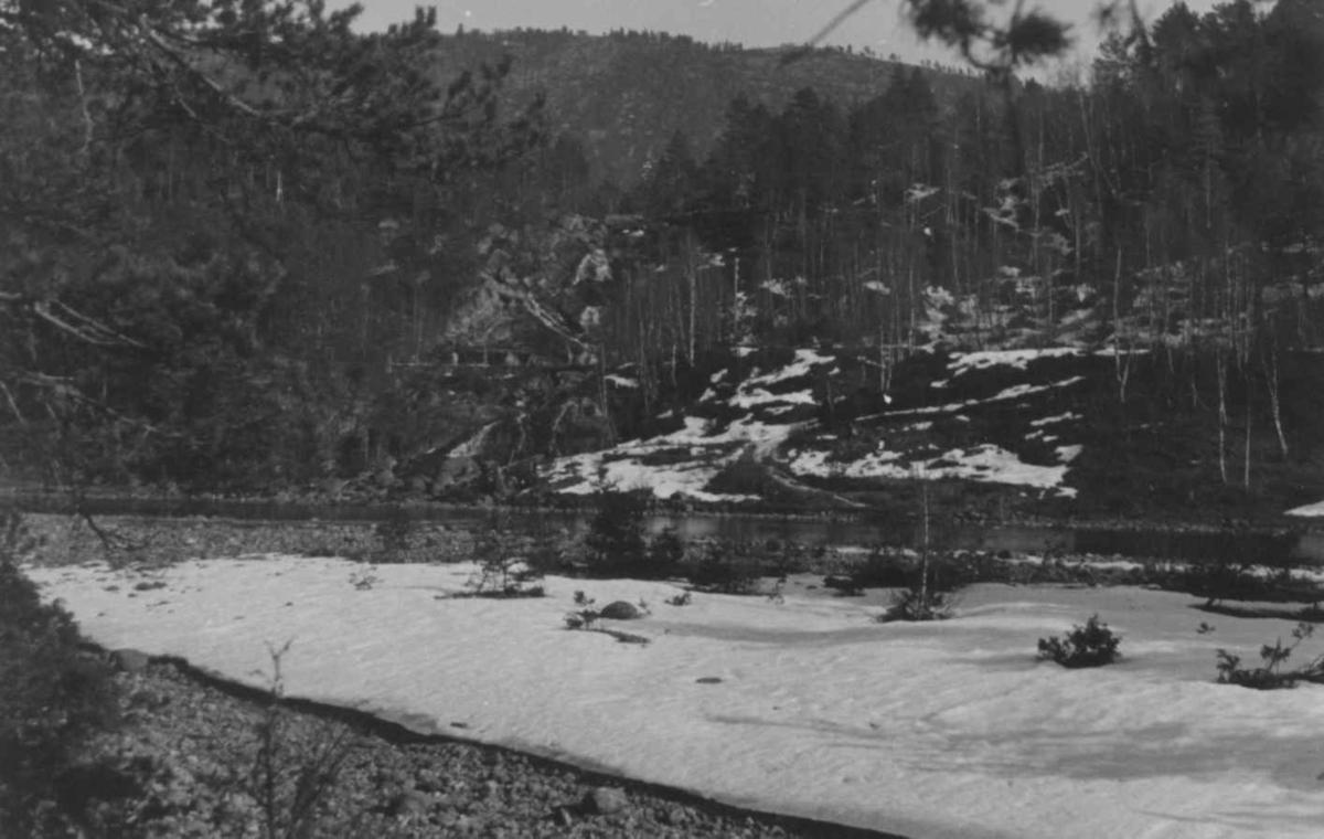 Landskap med elv og gammelt kvernhus i Åseral 1943.