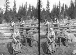 Karen og Gudrun Q. Wiborg, Gulbrand og Lisa med hund ved gje
