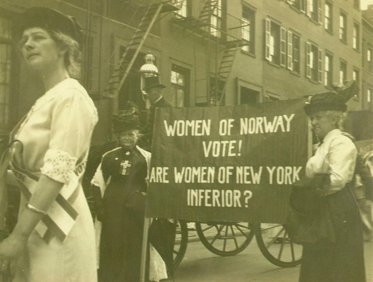 Demonstrasjonstog, New York, 1913. Norske kvinner i kampanje for at amerikanske kvinner skal få full stemmerett, slik de selv fikk i 1913. Martine Amundsen Gran fra Mandal var med i toget.