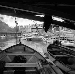 Trelastlager og båter på Farriselva i Hammerdalen, Riksvei 5