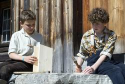 To gutter snekrer fuglekasser.Trønderskolen anno 1959. Norsk