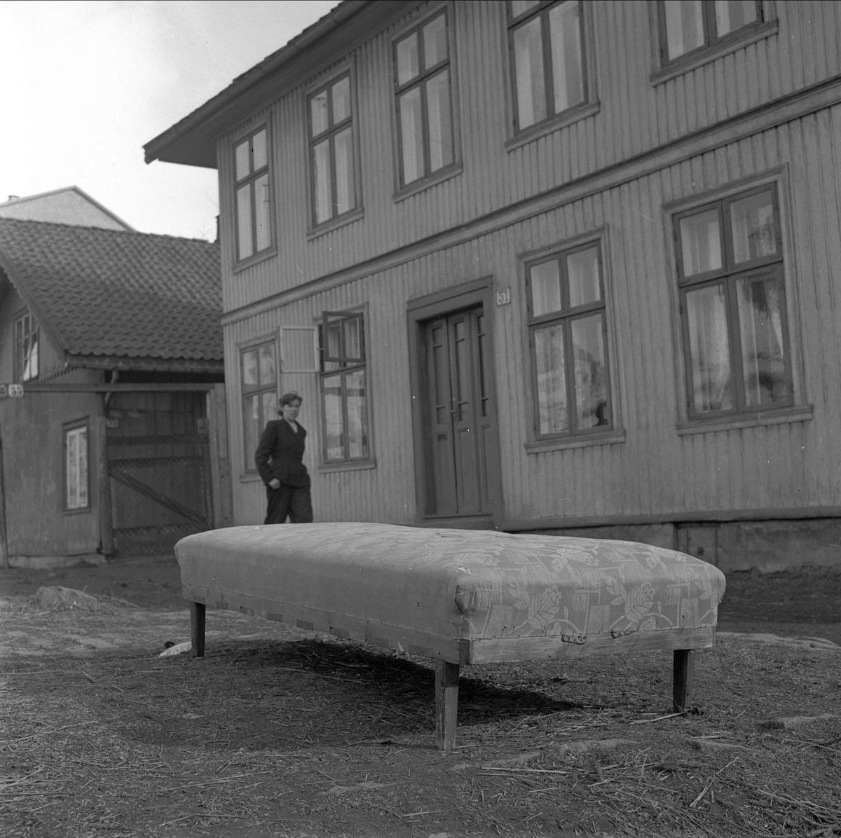 Trondheimsveien 51, Oslo. Divan på gata. Våren 1956.