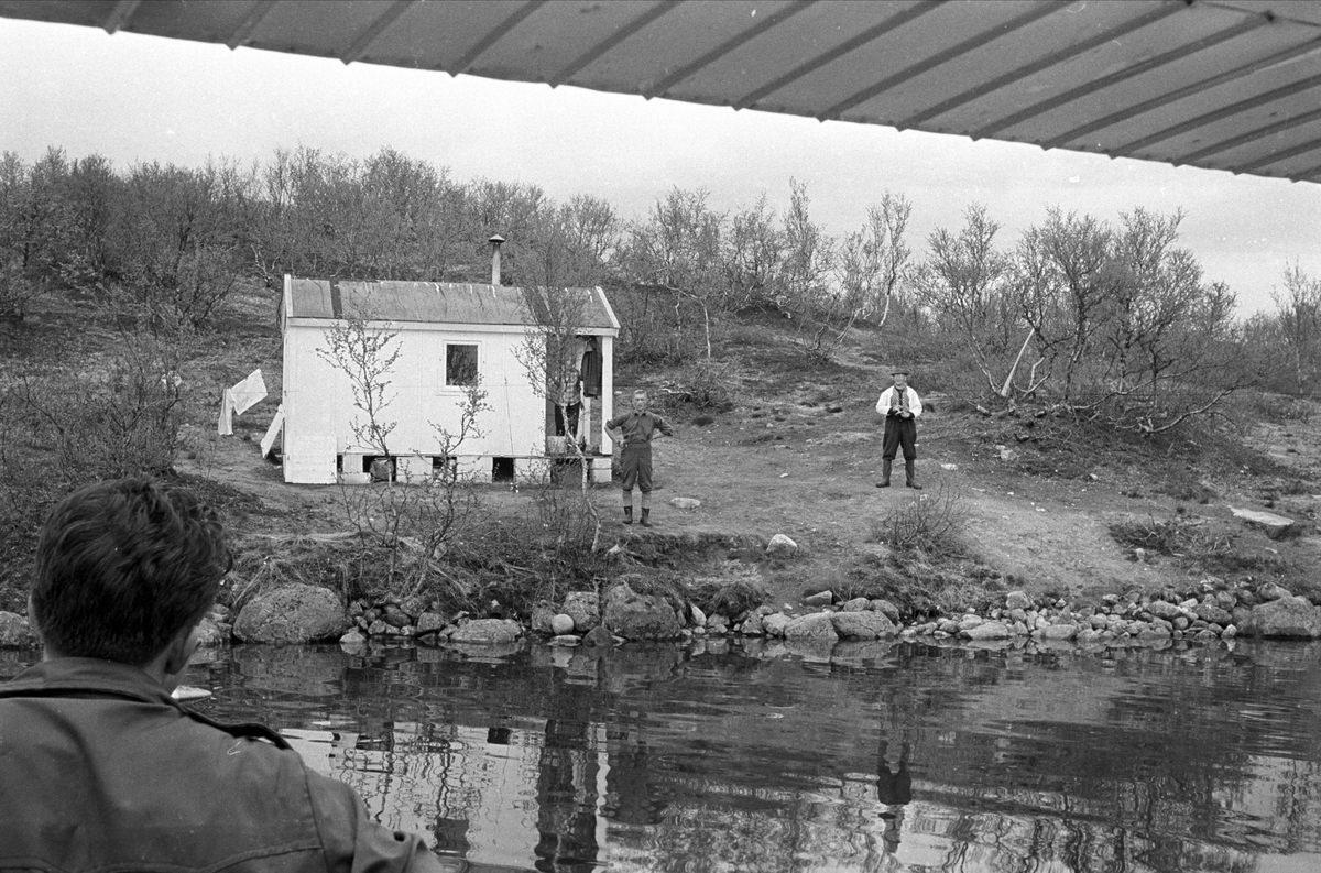 Fiske på Finnmarksvidda. Mennesker ved hytte.