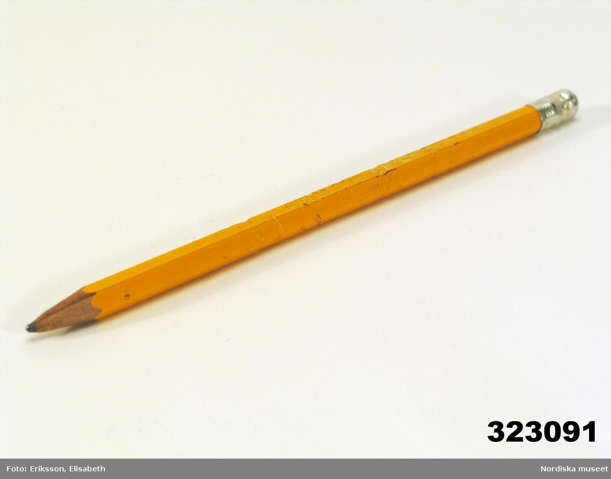 """Huvudliggaren: """"Blyertspenna, trä, grafit, lackerad. Sexkantig, gul, ändhylsa pressad metall, rött radergummi infattat. 'Made in China Keich HB' 1970-t anv författarinnan Astrid Lindgren, Sthlm. L 17 cm. Tuggad. Bilaga. G[åva] 13/11 1996 [av] Författarinnan Astrid Lindgren Dalagatan 46 Stockholm. [Brukningsort:] Stockholm."""""""