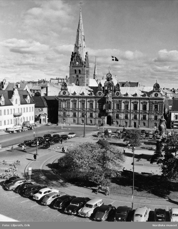 Kyrka, residens och rådhus som förenar sig vid Stortorgets nordösthörn. Malmö.