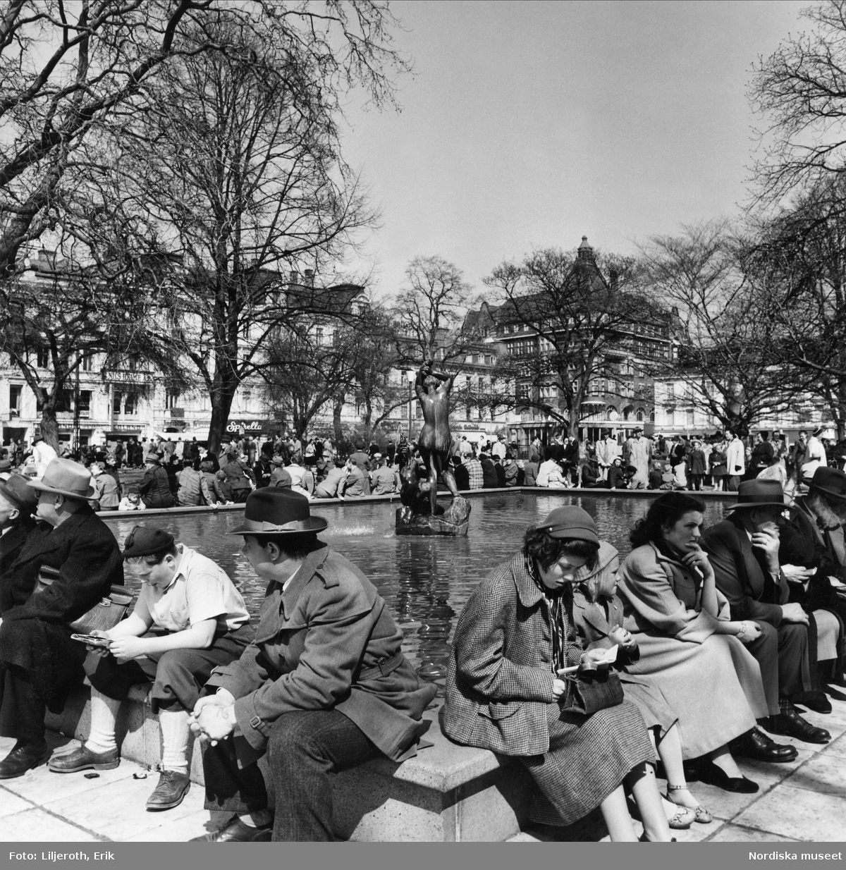 Folksamling runt bassängen på Gustaf Adolfs Torg, Malmö.