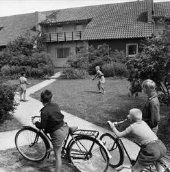 Barn som leker vid radhuslänga. Malmö.