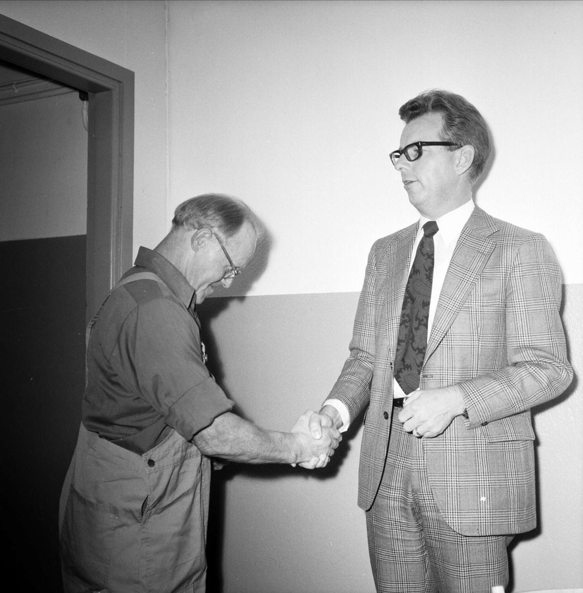"""""""Klocka och foto för 51 års jobb i tierpsföretag"""", Tierp, Uppland 1973"""