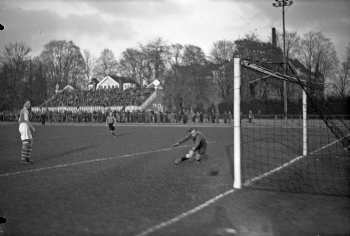 Fotbollsmatch på Studenternas Idrottsplats, Uppsala 1937
