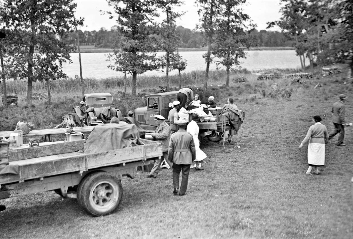 Lastbilar parkerade vid Långsjön,  Svenska Motorklubbens Uppsalaavdelnings utflykt för barn till Sätuna gård