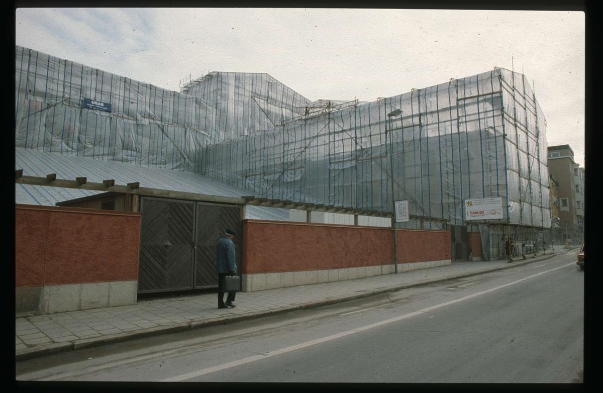 Theatrum Oeconomicum och Centralbadet inplastade, kvarteret Torget, Östra Ågatan, Uppsala 1991