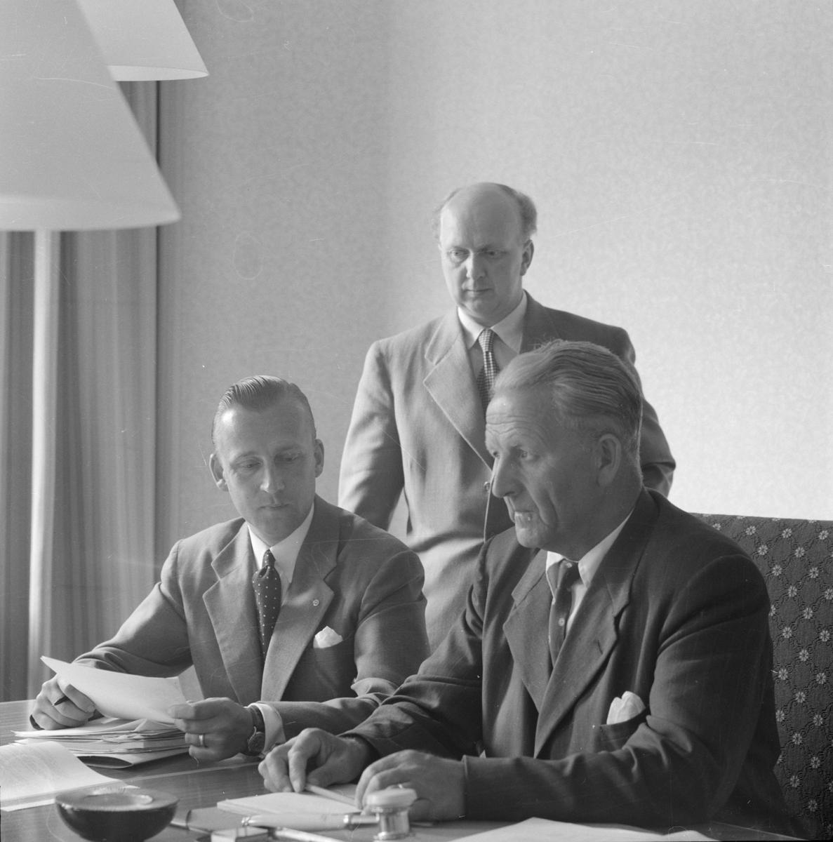Landstingsdirektör Lennart Åberg, kanslichefen Per Elfvik (stående) och landstingets och förvaltningsutskottets ordförande Arthur E Elmroth, Uppsala tidigt 1950-tal