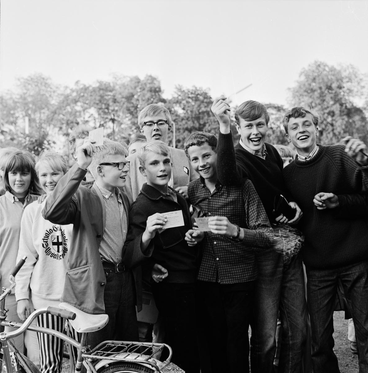 Språngmarsch till utdelningen av fribiljetter för Sommartoppen, Studenternas Idrottsplats, Uppsala 1964