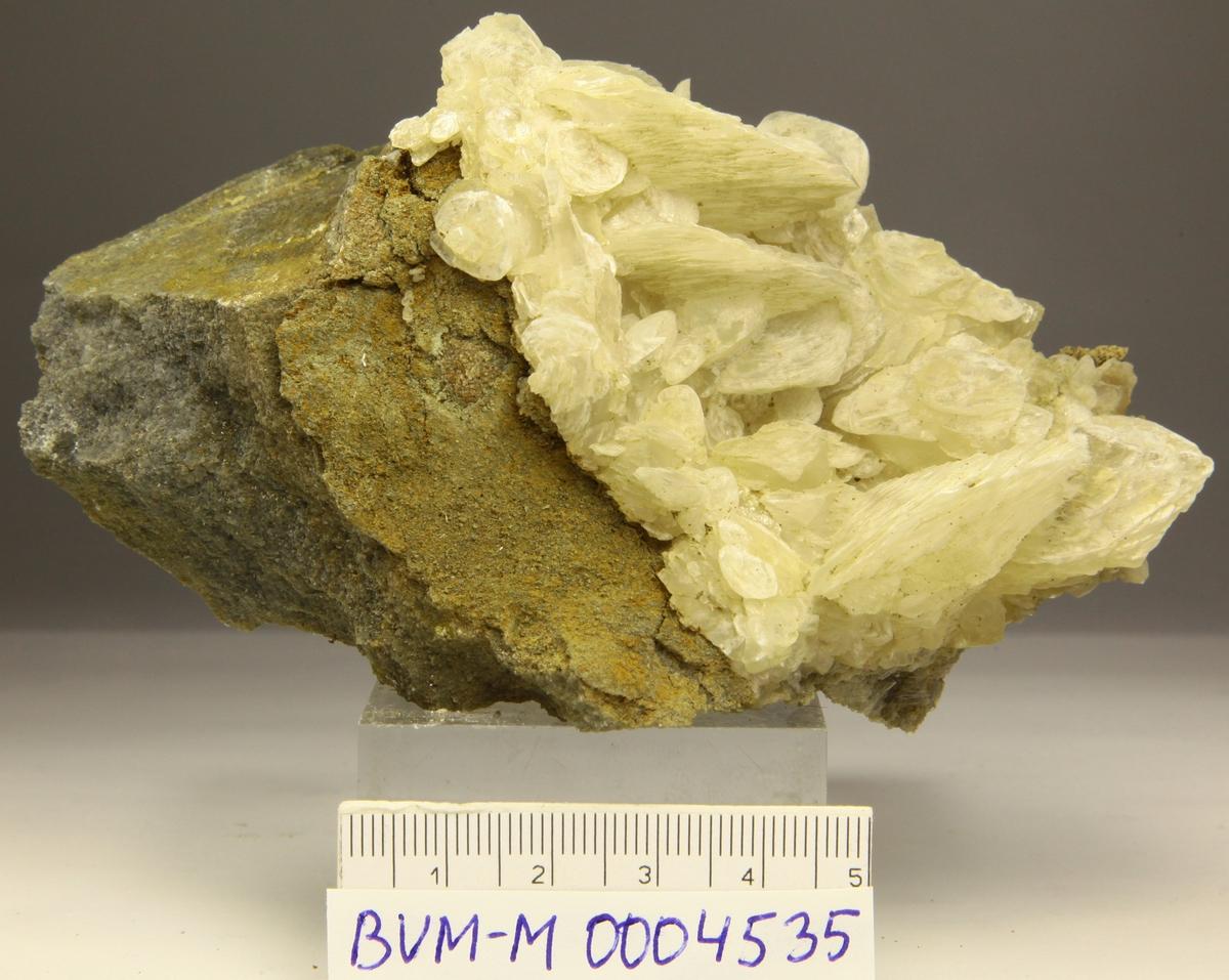 Kalsitt på matriks. Krystaller sammensatt av plater. Omtrent 310.