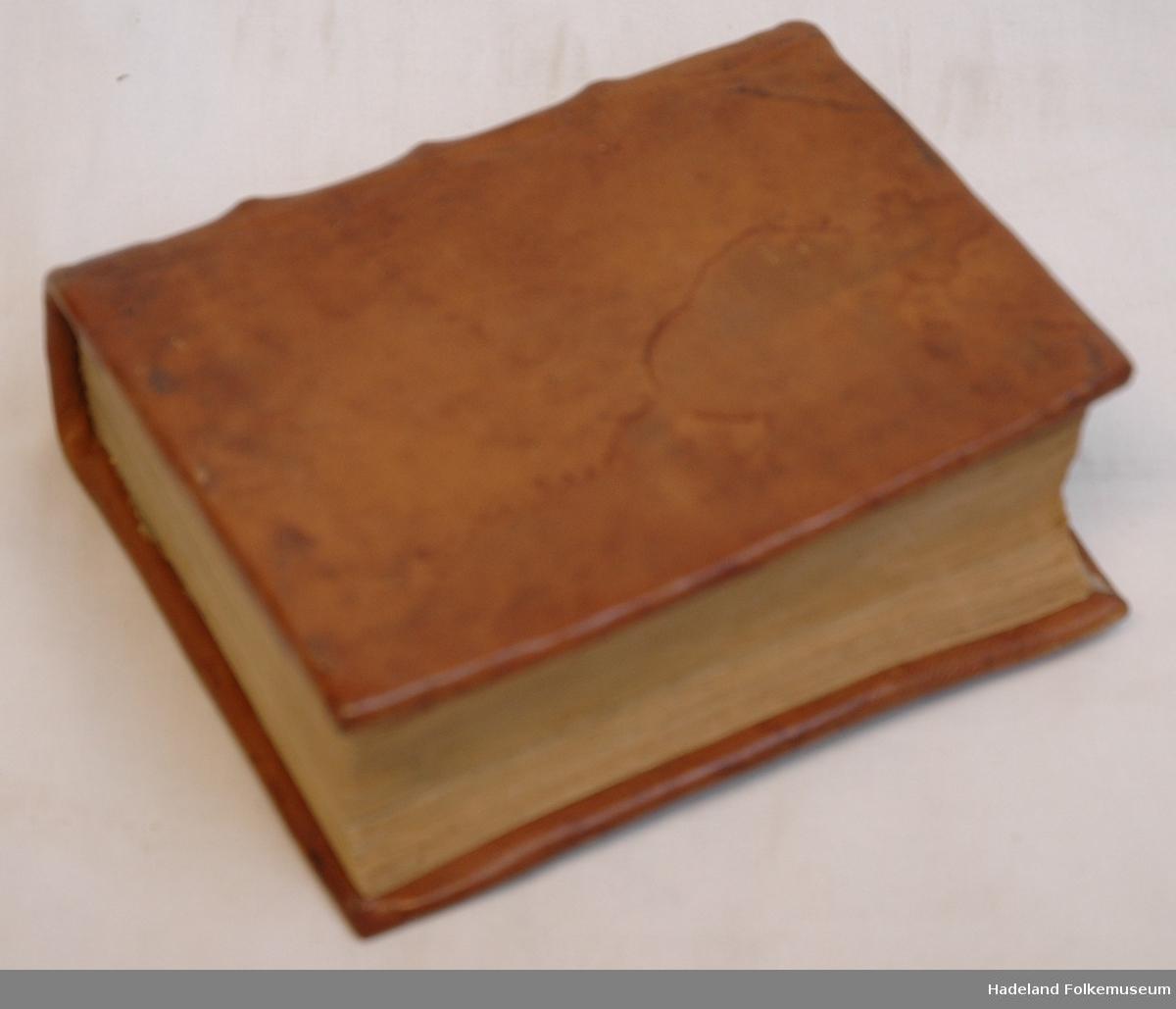 Skinninb. med treplater. Restaurert av en bokbinder. Tittel 2 mangler flere sider. Tittelblad mangler på Deel 1