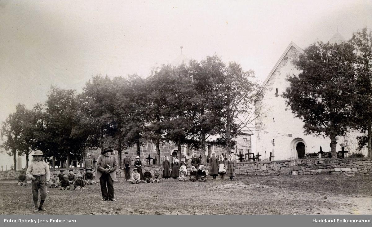 Søsterkirkene på Granavollen. Elever og lærer Koller fra Sanne skole med flere på kirkevangen.