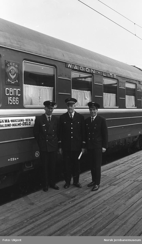 Sovjetisk sovevogn på Oslo Ø, med konduktører