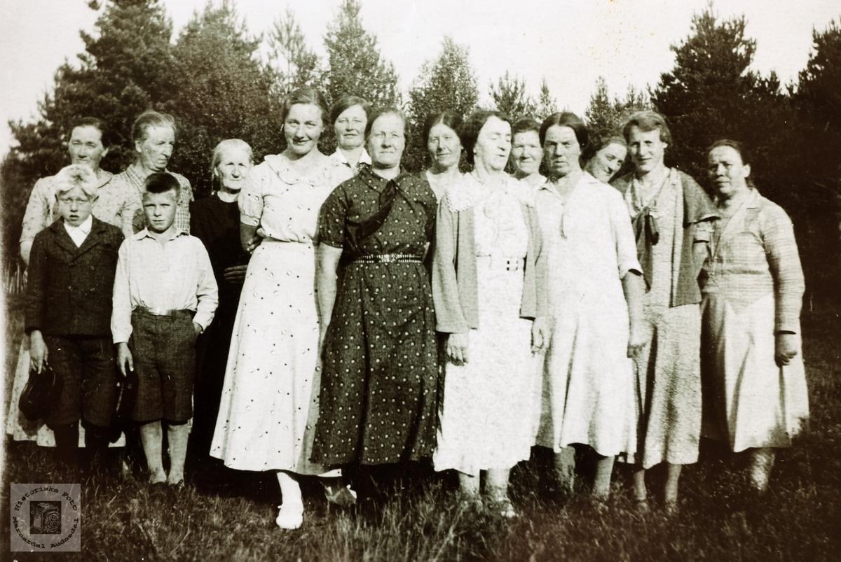 """""""Damesamling"""" på Vestre Sveindal, Grindheim senere Audnedal."""